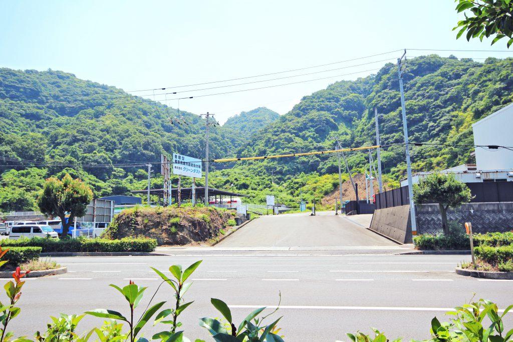 県道13号線・産業道路からの入口